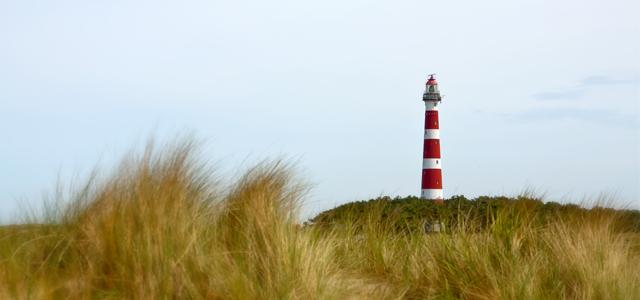 Urlaub an der Nordsee: rotweißgeringelter Leuchtturm