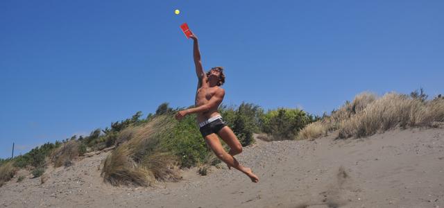 Aktiv sein an der Nordsee: Beachballspieler am Strand